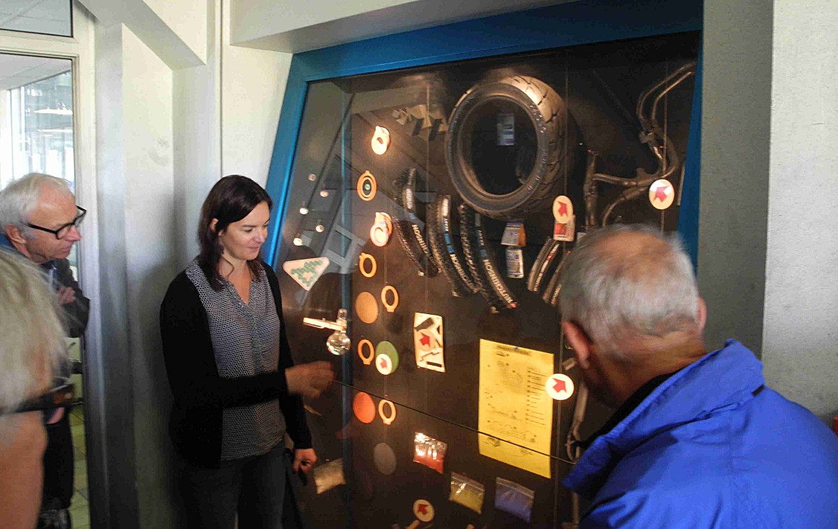 """Audrey Poricher (la """"chimiste en chef"""" d'Hutchinson) nous explique en début de visite la production de caoutchouc synthétique."""