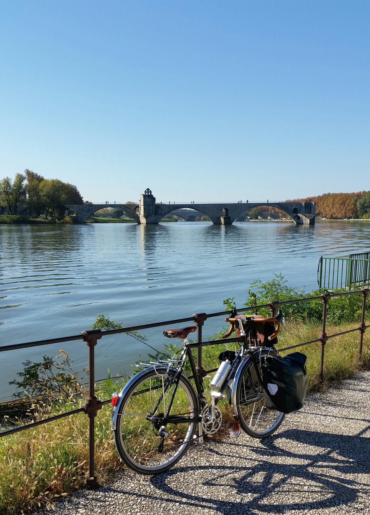 Octobre 2015 – Devant le Pont d'Avignon – Mon point de départ au tour du Massif du Lubéron (Avignon, ville très commode quand on pratique l'intermodalité)