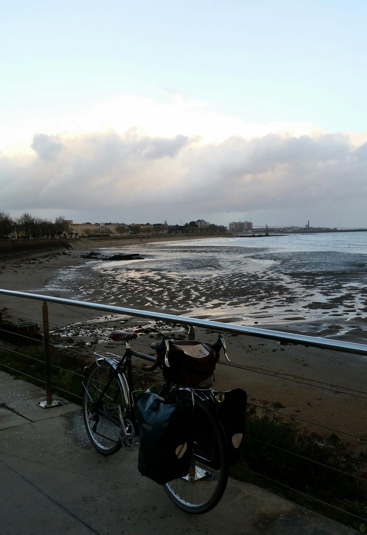 Décembre 2015 – Devant l'Océan Atlantique à Saint-Nazaire - Sous un ciel tourmenté (itinéraire de la Loire à vélo à partir d'Angers)